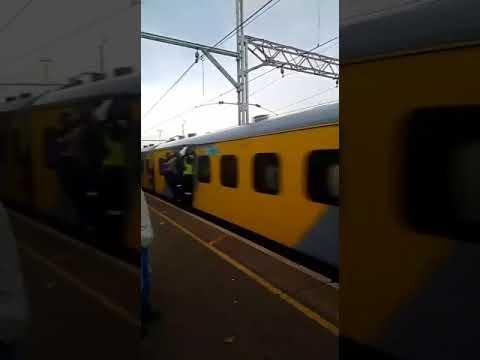 العرب اليوم - شاهد  راكب داخل قطار متحرك يوجه صفعة مفاجئة لشاب على الرصيف