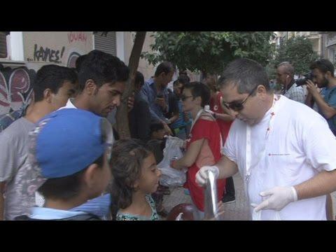 Διανομή τροφίμων στους πρόσφυγες από τον Ε.Ε.Σ. στην πλ. Βικτωρίας