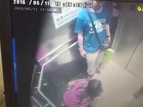 她一進電梯就急著命令男友關門,接下來她竟「猛然拉下褲子」…這動作讓人三觀都毀了!