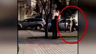 Una insólita pelea fue registrada por un cazanoticias en la esquina de Pérez Valenzuela con Antonio Bellet, en Providencia. El conductor de un radiotaxi y un...