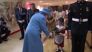 Esta educada niña no se esperaba que su mayor sorpresa no iba a ser conocer a la reina Isabel II de Inglaterra y hacerle una reverencia, sino que un soldado ...