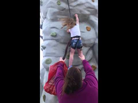Audrina  is on a rock wall vlog (видео)