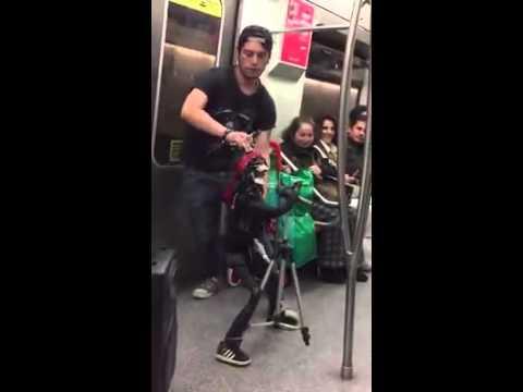 捷運出現一名超特別的搖滾歌手,讓全車人都忘了自己要該下車了。