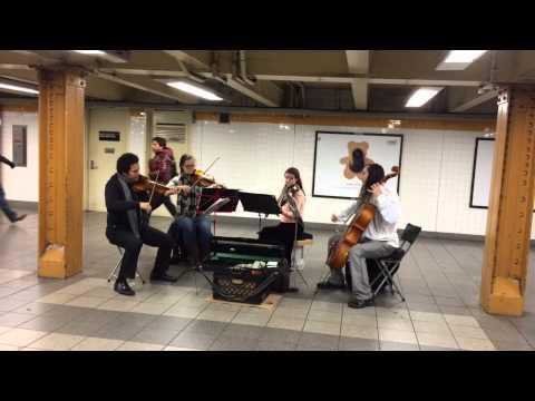 Tocan en el metro de Nueva York cuando de repente se une a ellos un grupo de bailarines