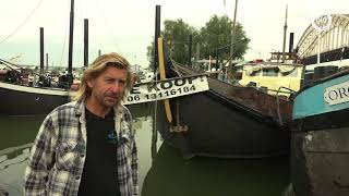 NIJMEGEN - Roerige tijden voor Opoe Sientje. De museumboot, een bed and breakfast bij de oude Waalbrug in Nijmegen, moet...