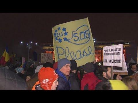 Ρουμανία: Γιατί εκατοντάδες χιλιάδες διαδηλωτές ξημεροβραδιάζονται σε δρόμους και πλατείες