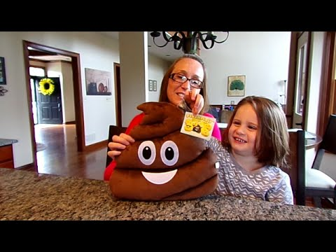 PlushMoji Smiling Poo Pillow-Chloe's Toy Time (видео)