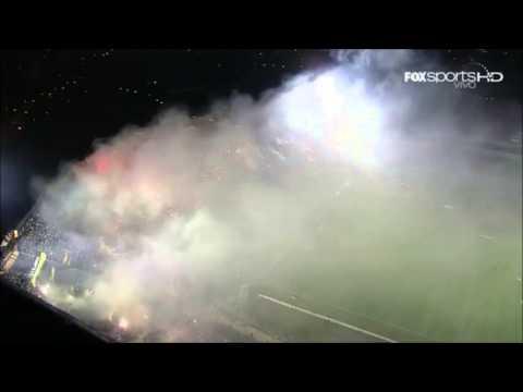 Los Hinchas Rabiosos de Peñarol y Vélez reciben a sus equipos en el Centenario (видео)