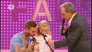 Une enfant et Matt chantent Pas toi @ L'Ecole des Fans