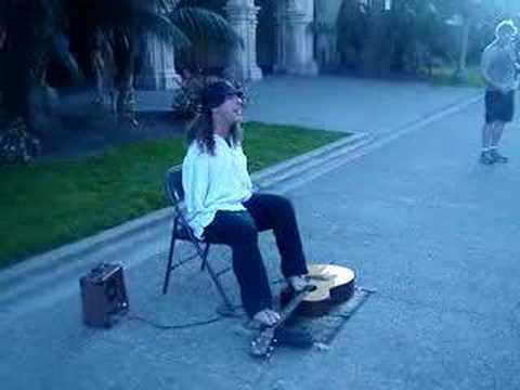 所有用手彈吉他學不好的都要檢討了,他用腳彈吉他…