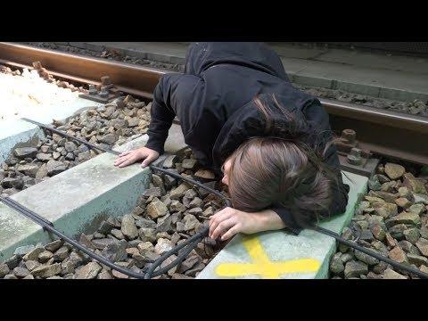 Auf Gleise gestürzt und in Fluchtnische gerettet (видео)