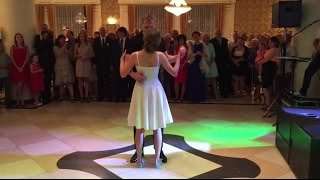 """Na własnym ślubie zatańczyli układ z """"Dirty Dancing"""" Goście dosłownie piszczeli z zachwytu!"""