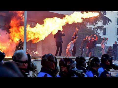 Βίαια επεισόδια στην Αλβανία-Οργισμένοι διαδηλωτές ζητούν παραίτηση Ράμα…