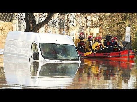 Εικόνες βιβλικής καταστροφής από τις πλημμύρες στη Βόρεια Αγγλία