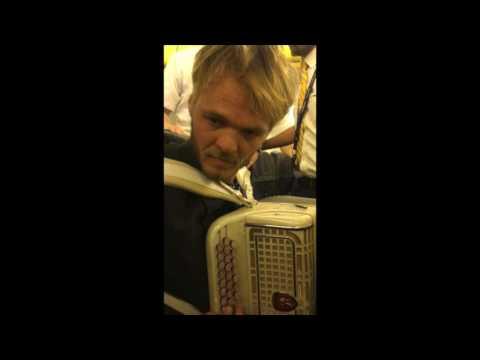 男子帶著可疑包裹上飛機被空少盤查,乘客以為會像「聯航拖人」事件…怎知卻拍到神轉折畫面!