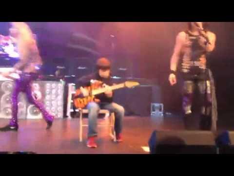 Niño de 11 años reta al guitarrista de Steel Panther