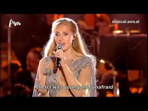musicals - Celinde Schoenmaker, die dit jaar meewerkt aan Musicals in Concert, zingt het nummer I dreamed a dream uit de musical Les Misérables tijdens de Musical Sing-...