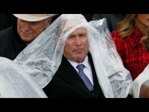 George W. Bush on edelleen komiikan mestari – Tällä kertaa puuhastelua sadetakin kanssa