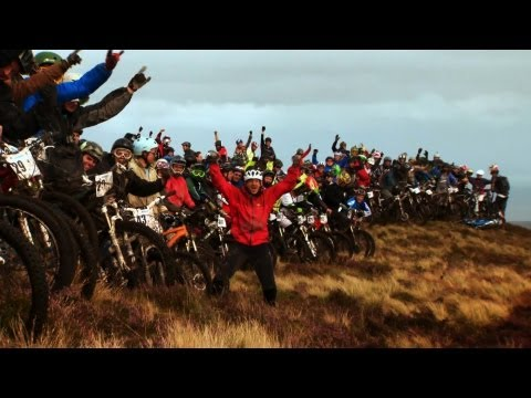Gee Atherton vs 400 mountain bikers – Red Bull Foxhunt – Downhill MTB race