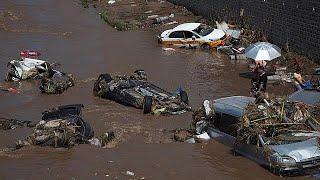 Çin'in Hubei eyaletinde meydana gelen toprak kayması sonucu dağlık arazide mahsur kalan 40 yerli turist yapılan operasyon sonucu kurtarıldı.Arama kurtarma ekipleri kayaların dağ yolunu kapatması sebebiyle geri dönüş yolları kesilen Çinli turistleri kurduğu ipten asma köprüyle kurtardı. Olayda ölen olmazken yaralanan üç kişiden birinin durumunun ağır olduğu ve hastaneye kaldırıldığı belirtildi.Eyaletin bir diğer noktası Mianyang şehrinde de aşırı yağışlar ve şiddetli fırtına yüzünden birçok a…İLGILI HABERLER: http://tr.euronews.com/2017/07/16/olumsuz-hava-sartlari-aeini-vurdueuronews: Avrupa'nın en çok izlenen haber kanalı.Üye ol! http://www.youtube.com/subscription_center?add_user=euronewstreuronews şimdi 13 ayrı dilde: https://www.youtube.com/user/euronewsnetwork/channelsTürkçe: Web sayfası: http://tr.euronews.com/Facebook: https://www.facebook.com/euronews.trTwitter: http://twitter.com/euronews_tr