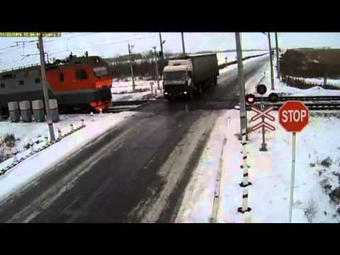 dwa-pociagi-rozerwaly-ciezarowke-na-przejezdzie-kolejowym