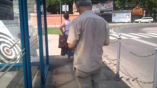 Dzwoń se k*rwa na milicję szmaciarzu! Dziadek z babką kręcą jazdę na przystanku w Krakowie!