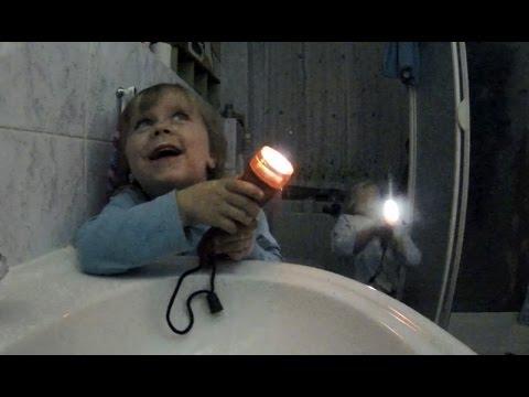 Zwillinge beim Zähneputzen mit Taschenlampe - lustige Kindervideos