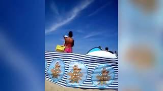 """""""Agata miała nogi jak stół i żarła jak wół"""" Tak się sprzedaje galaretkę na plaży w Mielnie :D"""