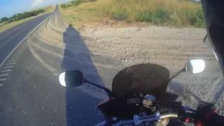 Sk*rwiel w samochodzie rzuca i trafia motocyklistę butelką! Ten mu oddaje z nawiązką