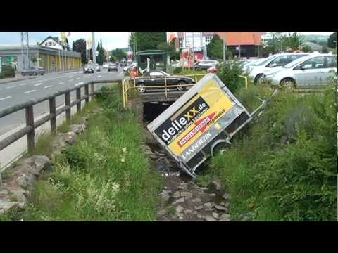 Korbach: Anhänger in Kuhbach gestürzt