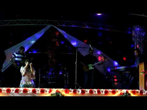 Angélica Savino cantando  A cada Amanhecer em Urucurituba Amazonas