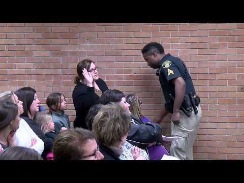 Учительницу в США заковали в наручники после жалобы на низкую зарплату