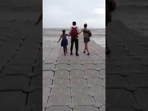 Tämä meressä kelluva laituri vaatii hyvää tasapainoa