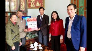 Phó Bí thư Thường trực Thành ủy Phạm Tuấn Đạt tặng quà Tết người có công tiêu biểu