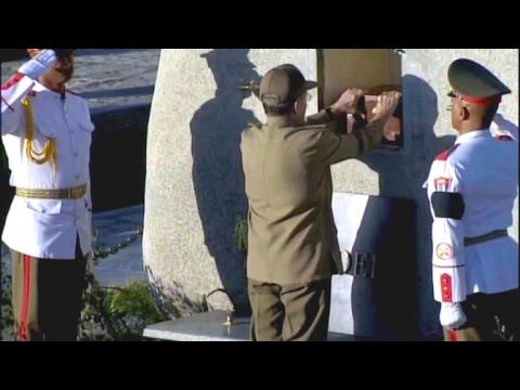 Ende einer Ära: Kubaner tragen Fidel Castro zu Grab ...