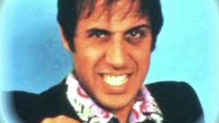 Adriano Celentano - Grazie, Prego, Scusi lyrics (Portuguese translation). | Al matinèe, del Giovedì, ballo liscio, al Garden Blu, co l'orchestra Serenade., Spengono le...