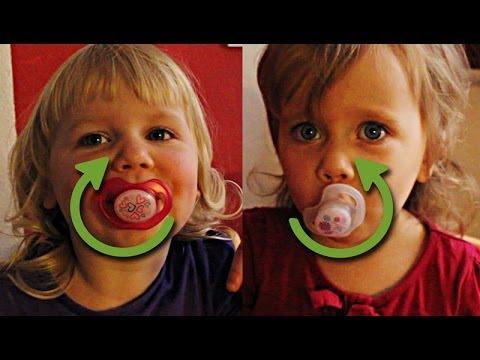 Süße Baby Zwillinge lustiger Wettkampf im Nuckel Drehen, Schnuller - Lustige Baby Videos