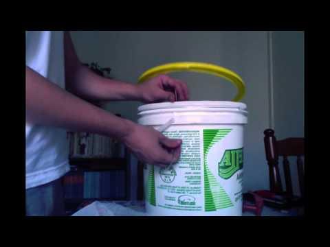 Minhocário feito com baldes de margarina - parte 1