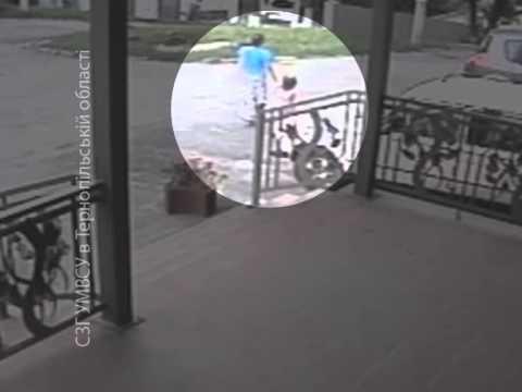 На тернопільських дитячих майданчиках «працює» аферистка: знімає з малечі дорогі прикраси (ВІДЕО)