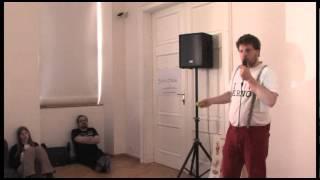 Foto z akcie Barcamp Bořit a ničit prednáša Matěj Hollan.