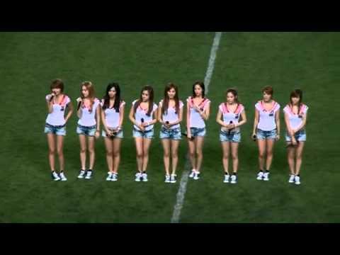 如果足球比賽到一半,出現少女時代的表演,球員還比的下去嗎?!