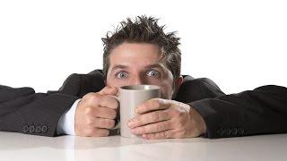 kopi dengan atribut kandungan kafeinnya  ternyata juga memiliki risiko kesehatan tersendiri. Tidak hanya semata berisiko sekadar mengganggu kualitas tidur malam, tapi kopi juga dikenal sebagai penyebab dari beberapa penyakit, diantaranya:OsteoporosisKopi dengan kandungan kafeinnya, dapat meningkatkan detak jantung. Semakin sering jantung berdetak, kebutuhan otot jantung akan kalsium juga semakin meningkat, hal ini dikarenakan kalsium memang substansi yang esensial untuk menghasilkan kontraksi otot. Nah, pemakaian kalsium berlebih inilah yang sering menimbulkan masalah, meningkatnya pemakaian kalsium oleh otot jantung membuat tubuh kita harus memperoleh sumber kalsium lainnya, yang pada akhirnya dipecah langsung dari tulang. (Baca: Kebanyakan Kopi Bisa Bikin Tulang Keropos)Mengganggu Kesuburan WanitaHubungan antara kopi dan kesuburan masih menjadi kontroversi. Namun, ada beberapa penelitian yang menunjukkan bahwa konsumsi kafein tinggi dapat menurunkan kesuburan pada wanita/memperlambat konsepsi. Menurut penelitian yang dilakukan di University of Nevada School of Medicine, kafein dapat menurunkan kemampuan kontraksi (gerakan) otot pada tuba fallopi (saluran yang mengantarkan sel telur dari ovarium ke rahim). Jika Anda berencana untuk hamil, sebaiknya hindari makanan/minuman tinggi kafein, alkohol, dan rokok.Kopi Dan KolesterolBeberapa penelitian yang dilakukan menunjukkan bahwa kopi  dapat meningkatkan kadar kolesterol. Namun dilaporkan, hal ini berkaitan dengan pada faktor jenis kopi yang dapat meningkatkan kadar kolesterol, dan tidak semua orang memiliki tingkat kerentanan  yang sama dalam meningkatkan kadar kolesterol setelah minum kopi. Terdapat jenis kopi tertentu yang dapat meningkatkan kolesterol. Kopi yang tidak disaring (unfiltered) lebih tinggi menaikkan kolesterol di bandingkan kopi yang sudah disaring (filtered). Cafestol adalah komponen yang terdapat di dalam kopi dapat meningkatkan kadar kolesterol dengan mengganggu metabolisme kolesterol melalui ganggu