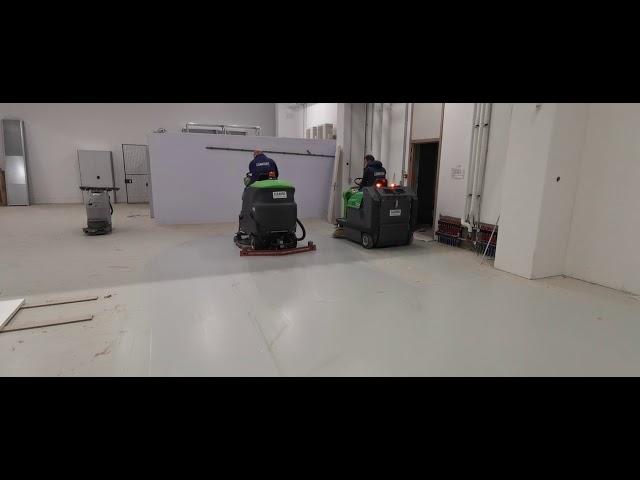 Comfort Cleaning stond in voor het machinaal vegen en machinaal schrobzuigen van gepolierde betonvloer , afgewerkt met een vloerverf in de medische sector .
