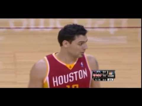 Carlos Delfino pass between Al Horford's legs