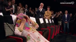 Video Standing ovation pour une Agnès Varda gênée avec JR et Matthieu Chedid - Festival de Cannes 2017 MP3, 3GP, MP4, WEBM, AVI, FLV Mei 2017
