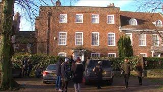 Fans de George Michael rinden tributo en frente su casa.