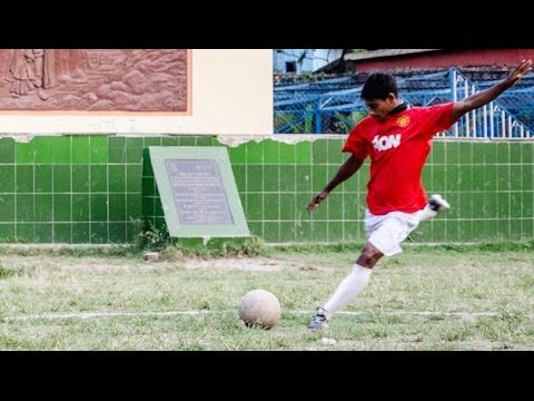 united - Manchester United Invite Teen Who Grew Up In Brothel For Trial SUBSCRIBE: http://bit.ly/Oc61Hj THE poverty-stricken son of a sex worker is going from red lig...
