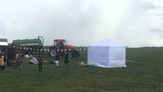 Rolnik szybko wygania nieproszonych gości ze swojego pola…
