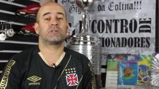 Paulo Pires coleciona camisas, ingressos de partidas, troféus e faixas de momentos históricos do Vasco. Ele participou das gravações do documentário ...