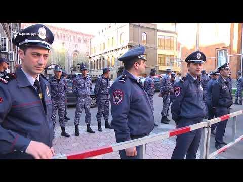 Ոստիկաննները շրջափակել են Մելիք-Ադամյան փողոցն ու Կառավարության շենքը - DomaVideo.Ru